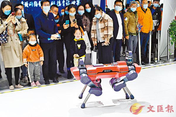 ■中國電科展台的四足機器人展示吸引觀眾圍觀。