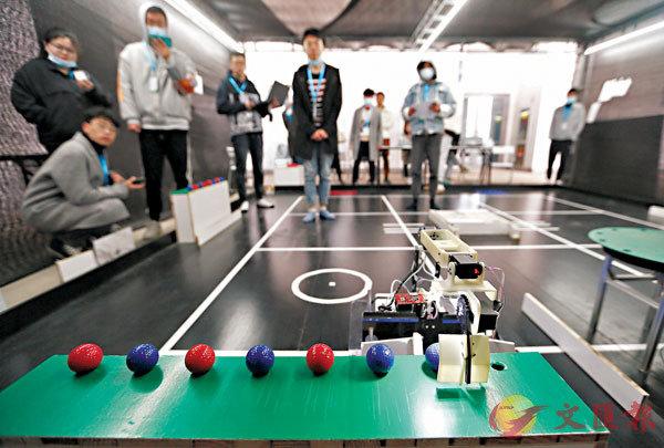 ■參賽選手在進行移動分揀機器人比賽。