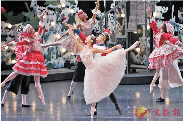 ■《胡桃夾子》  左起:葉飛飛、李嘉博    攝影:Conrad Dy-Liacco 香港芭蕾舞團提供