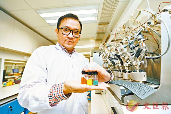 ■吳永豪團隊以陽光驅動進行「人工光合作用」,成功將水分解為氫氣及氧氣。 香港文匯報記者  攝