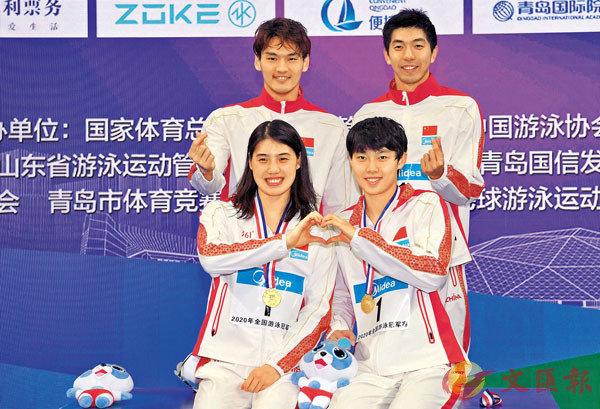在10月的全國冠軍賽,蘇鄂浙魯隊選手徐嘉余(上左)、閆子貝(上右)、張雨霏(下左)和楊浚瑄,合力刷新了男女4×100米混合泳接力世界紀錄。  新華社
