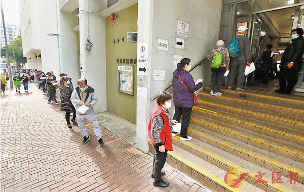 ●元洲�h元滿樓居民要到附近臨時檢測中心採樣。 香港文匯報記者  攝