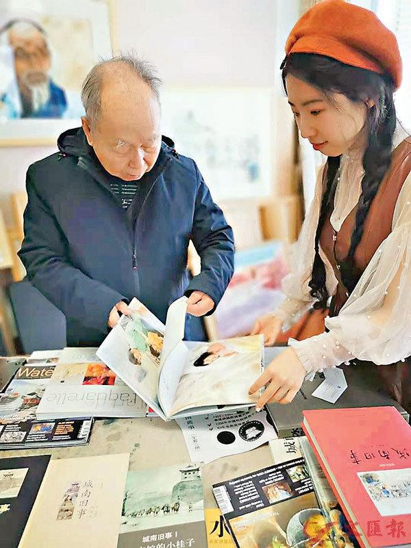 ■關維興向記者展示為《城南舊事》所畫插圖。 秦占國 攝