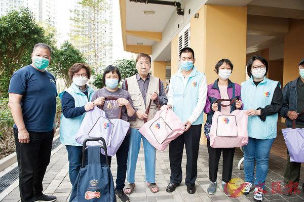● 疫情期間,譚錦球參與向社區街坊派發抗疫物資。