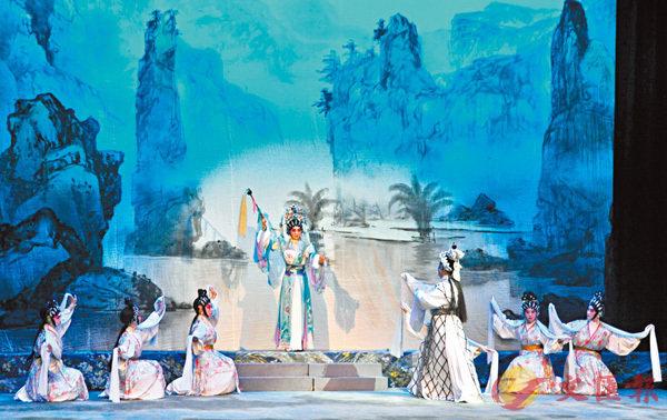 ●粵劇新秀千言和梁非同演出《洛神》的《洛水夢會》。