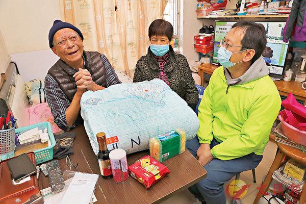 ●民建聯立法會議員柯創盛(柯仔)探訪藍田德欣樓8名獨居長者,送上棉被和福袋等讓長者在寒冬中暖身又暖心。圖為柯仔探望年過90歲的退役老兵堂伯。 香港文匯報記者  攝