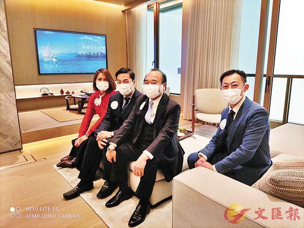 ●南豐盧子豪(左二)表示,日出康城LP10首張價單將不少於179伙單位。