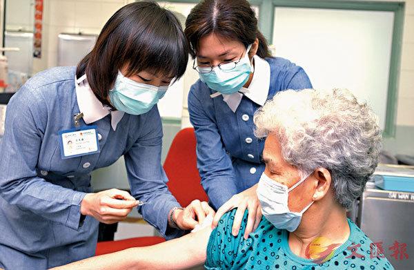●科興疫苗在三種疫苗中副作用相對低,初步認為可為部分人如長者接種。圖為長者注射流感疫苗。資料圖片