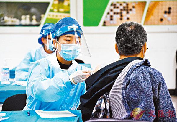 ● 在北京市海淀區一處臨時接種點,醫務人員為接種人員接種新冠疫苗。   新華社
