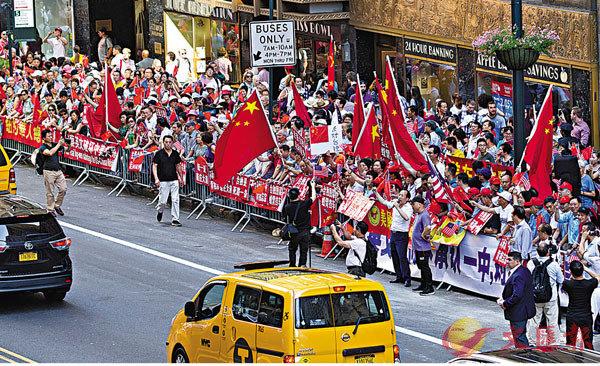 ●朱鳳蓮指出,希望民進黨當局能夠立即停止「倚美謀獨」的有關動作。圖為早前華人華僑手舉反「台獨」標語在蔡英文「過境」美國下榻酒店外抗議示威。 資料圖片