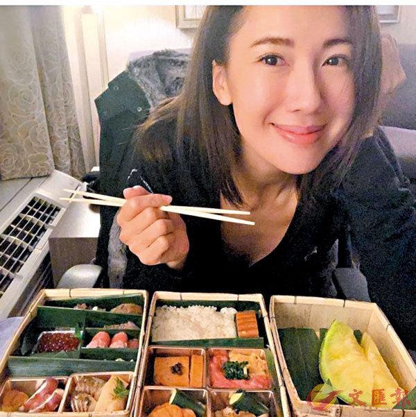 ●李施嬅享用外賣回來的豐富日式料理。