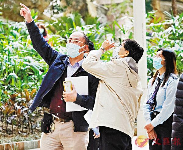 ● 袁國勇昨午到場視察並檢查喉管。 香港文匯報記者  攝