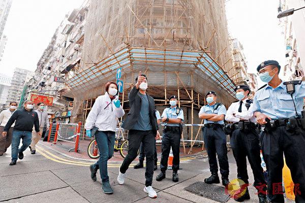 ●李慧�k率民建聯團隊到佐敦「受限制區」為市民及工作人員打氣。香港文匯報記者  攝