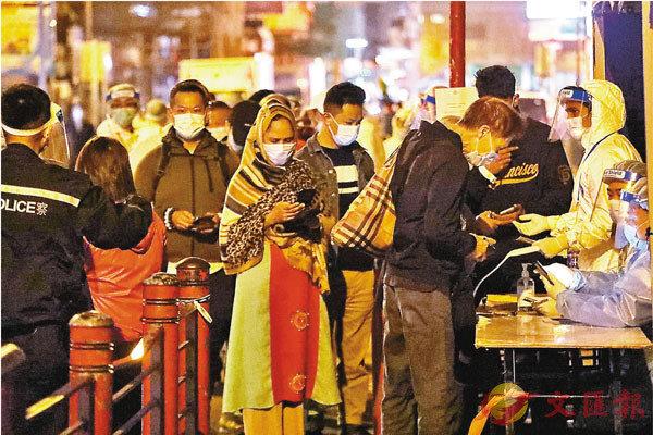 ●昨天傍晚6時後,檢測為陰性的居民排隊登記,離開佐敦「受限區域」。 香港文匯報記者  攝