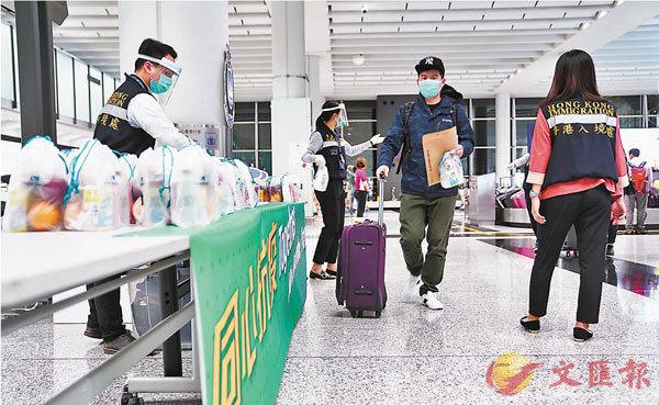 ●入境處在關口為檢疫人員派送食物。入境處供圖
