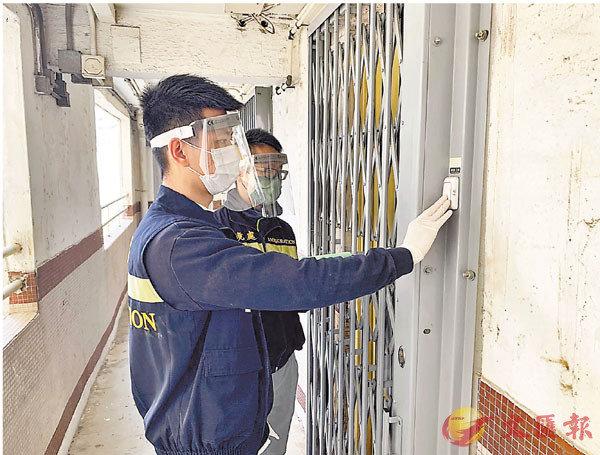 ●入境處人員上門檢查檢疫人士。入境處供圖