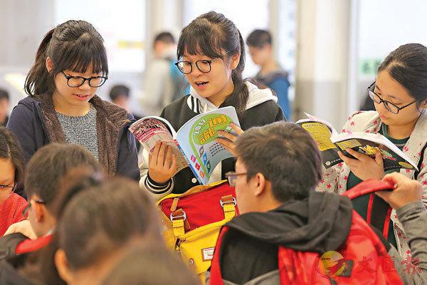 ●去年11月底,施政報告提出要糾正通識科的問題,教育局隨即確立科目改革的10大方向。圖為學生溫習通識科。  資料圖片