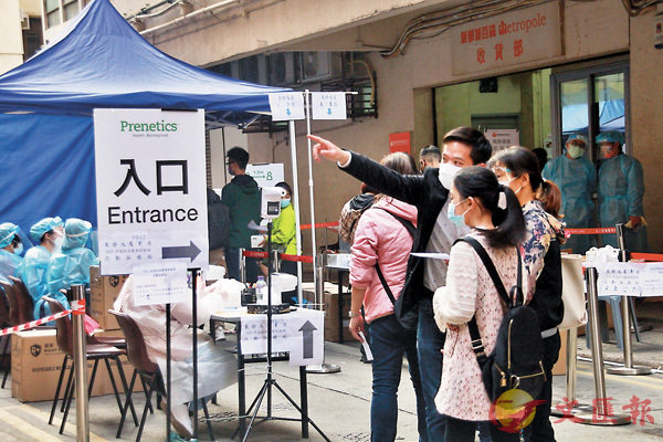●洪志傑日間在檢測站協助居民。 香港文匯報記者文森 攝