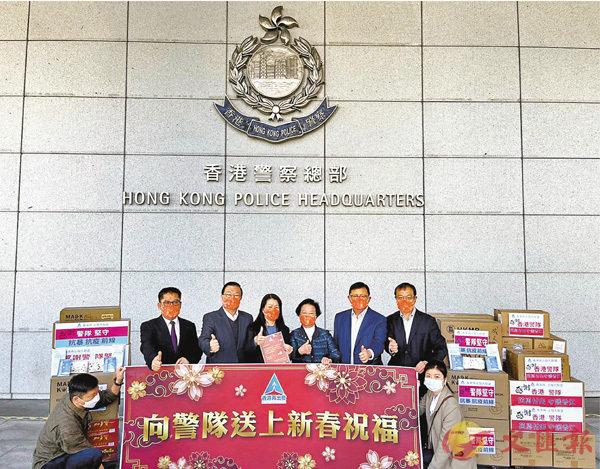 ●香港再出發大聯盟成員昨日前往灣仔警察總部進行慰問,並送上口罩、消毒藥水、朱古力餅、飲品等物資,感謝警隊無私貢獻。