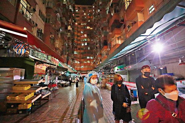 ●昨晚圍封強檢的�o魚涌惠利大廈附近區域。香港文匯報記者  攝