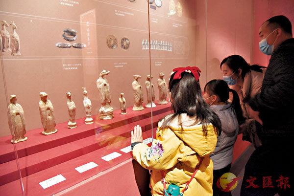 ●觀眾參觀唐代十二生肖獸首人身俑。