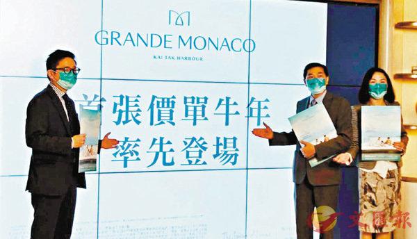 ●會德豐黃光耀(右二) 表示,GRANDE MONACO首張價單是「啟」航起動價,之後推出的價單將有一定加價空間。 記者梁悅琴  攝