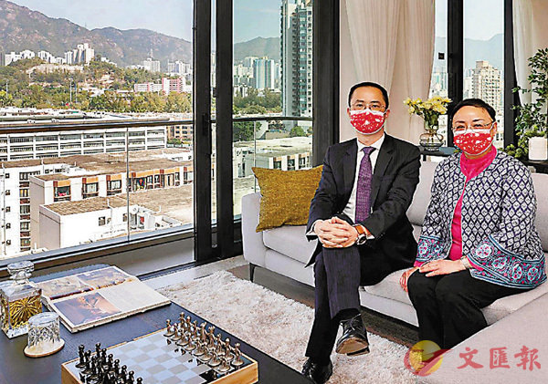 ●嘉里湯耀宗(左)及吳美珊介紹瀚名首推招標的三房單位。