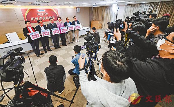 ●民建聯一眾成員昨日感謝中央送來疫苗支持香港抗疫,並呼籲市民踴躍接種。 香港文匯報記者  攝