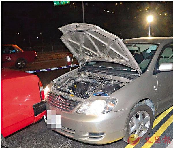 ●狂飆11公里的私家車在荃灣撞向一輛的士車尾始停下。