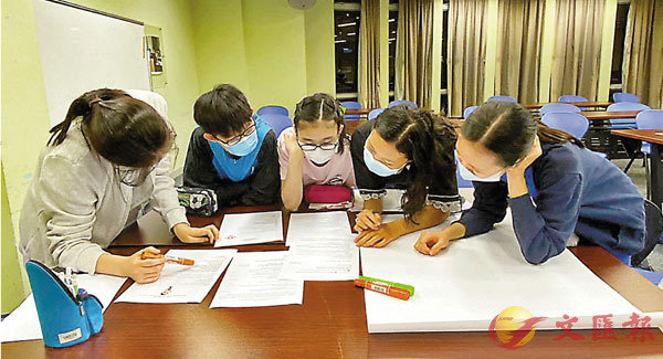 ●同學們興高采烈地討論小組課題。 受訪者供圖