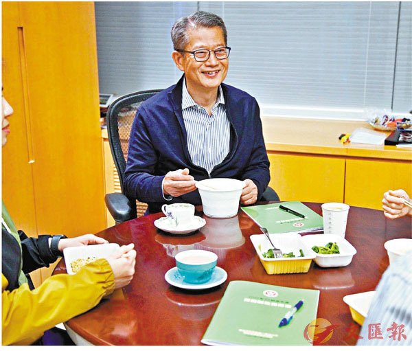 ●陳茂波預告,周三公布預算案的措施就如現實生活中要「睇�R食飯」。 網誌圖片