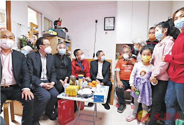 ●探訪期間,吳換炎(左五)、蔡毅(左二)、施清流(左三)、施榮忻(左四)等向鄉親家庭了解其需要。 香港文匯報記者  攝