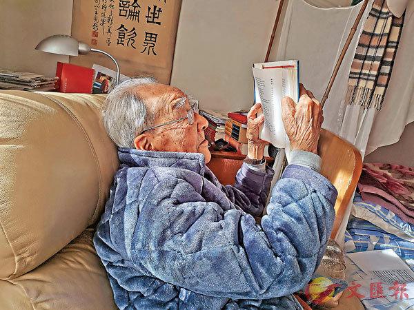 ●著名翻譯家許淵沖在起居室中接受本報訪問,圖為老先生正閱讀自己的著作。