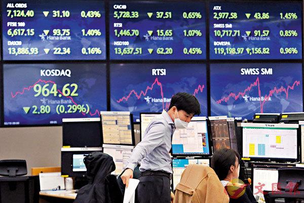 ●近期資金流入亞洲股市的速度明顯加快,截至2月10日一周,淨流入金額增加至接近18億美元,較前2周平均8億多的金額多出超過1倍。圖為韓國韓亞銀行的外匯交易員。 資料圖片