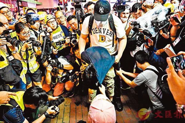 ●前年「7·7九龍區大遊行」,黑暴分子向一名被指偷拍的短髮女子濫用私刑。資料圖片