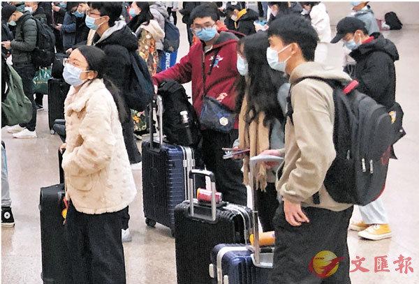 ●春節後廣東陸續迎來返崗潮。圖為旅客在火車站等候出站。 香港文匯報記者方俊明  攝