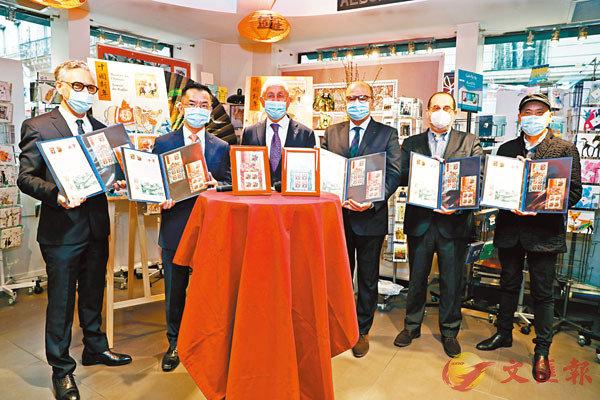 ●法國郵政公司首席執行官菲利普·瓦爾(左三)、中國駐法國大使盧沙野(左二)等嘉賓在法國巴黎舉行的牛年生肖紀念郵票發行儀式上合影。