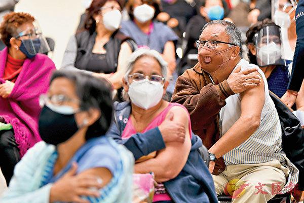 ●22日,在墨西哥埃卡特佩克,數千名長者接種中國科興新冠疫苗。圖為接種後,長者進行過敏觀察。 新華社
