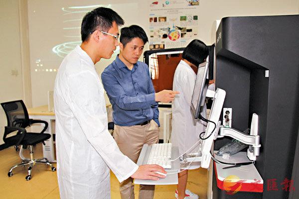 ●深圳市科技創新委員會副主任鍾海表示,深圳要加強基礎研究,不僅要把成果轉化好,還要把成果產出好。圖為香港城市大學深圳研究院納米材料實驗室,科研人員進行實驗。 資料圖片
