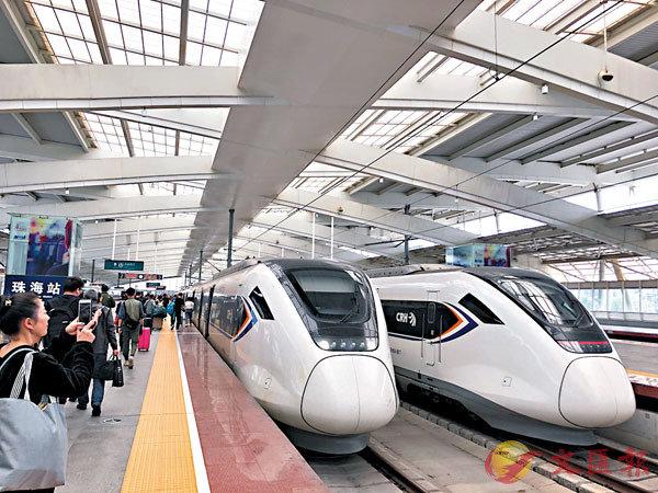 ●澳門輕軌橫琴線將3月開建,與珠機城際、廣珠城際銜接,圖為旅客抵達廣珠城際珠海站。 香港文匯報記者方俊明  攝