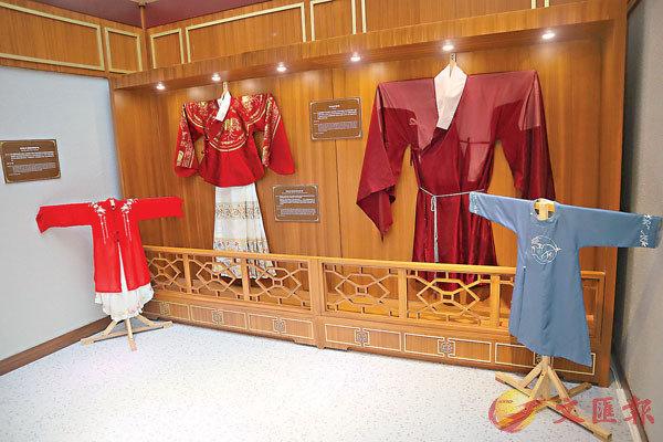 ●奧海城活動中設有「奧海綢緞」展覽,讓市民了解基礎漢服樣式。
