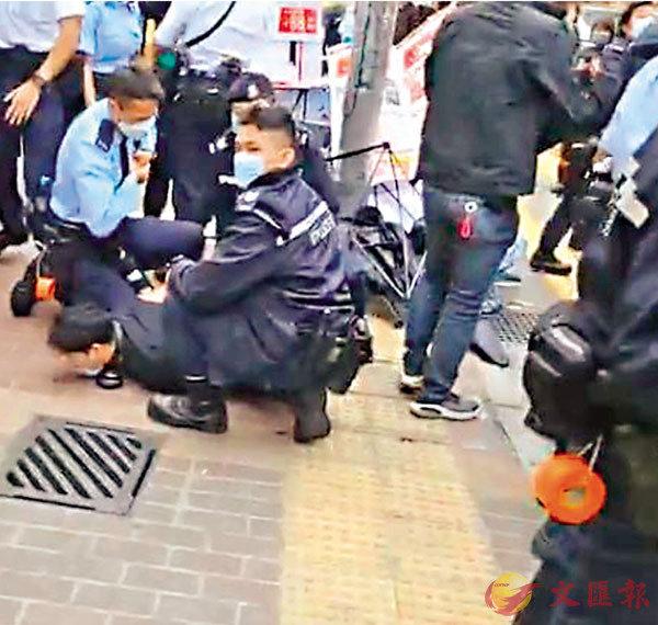 ●男子鄧浩賢不斷在封鎖線外叫囂,警察上前截查時又激烈頑抗,終被按倒地上制服及以襲警罪拘捕。 網上截圖