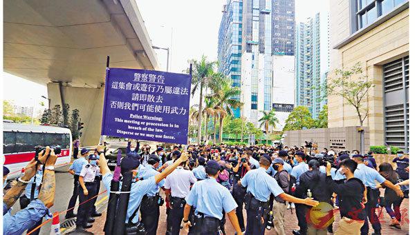 ●西九法院泛民涉顛覆國家政權案,警員在法院外戒備,呼籲黑衣人散去。 香港文匯報記者  攝