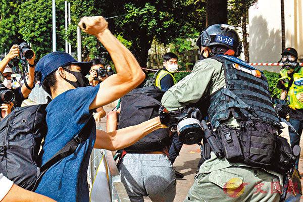 ●去年7月1日,黑暴又在港島區發起大規模暴動。圖為暴徒搶犯時持刀襲警。資料圖片