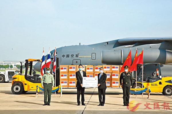●截至2021年2月,中國軍隊已向50個國家軍隊提供口罩、呼吸機等防疫物資,向巴基斯坦、柬埔寨、蒙古國、菲律賓等國軍隊提供疫苗援助。圖為去年5月解放軍派空軍運20運輸機向泰國軍隊緊急援助了疫情防控物資。 資料圖片