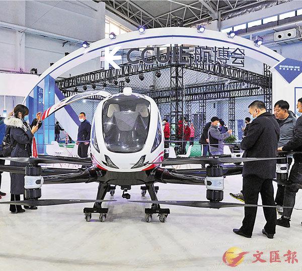 ●中國的高技術製造業增加值平均增速達到10.4%。圖為2020長春(國際)無人機產業博覽會中,觀眾在欣賞無人機。 資料圖片