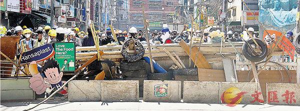 ● 示威者築起路障。 美聯社
