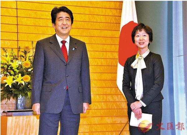 ● 山田真貴子(右)因接受招待辭職。 路透社