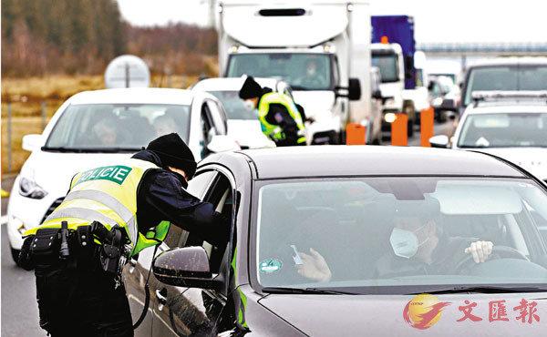●捷克警方截查車輛檢查。 路透社