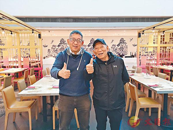 ●袁和平(右)鼓勵導演及監製蕭惠雄。